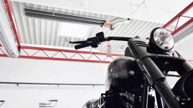 Motorrad von unten, an der Decke ein Dunkelstrahler der Firma Schwank.