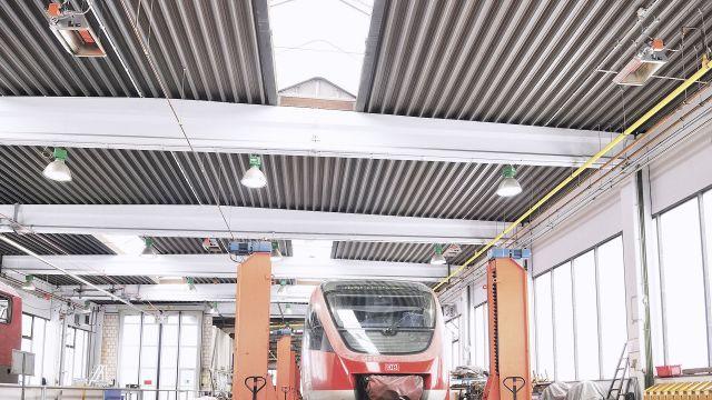 Schwank Hellstrahler in einem Zug-Depot.